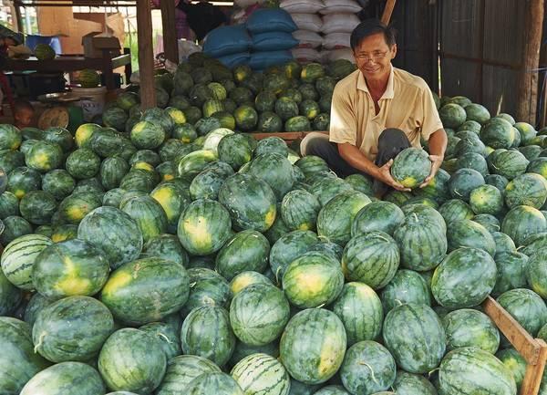 Một người bán dưa hấu ở chợ gần hồ Tonle Sap.