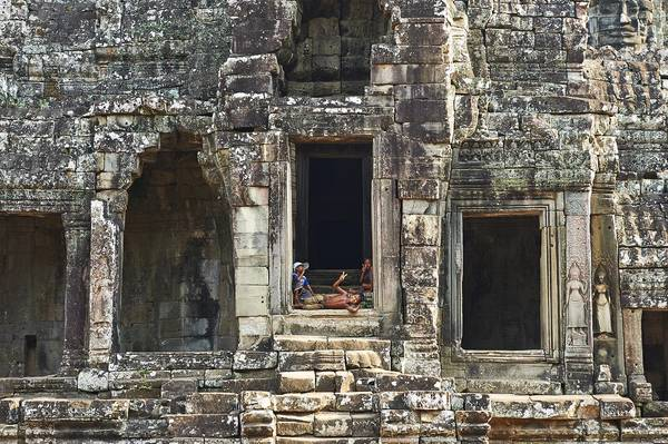Những đứa trẻ đang chơi đùa trong quần thể Angkor Wat.