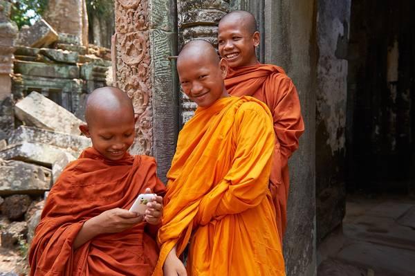 Những nhà sư đang vui vẻ nghịch điện thoại trong quần thể đền Angkor.