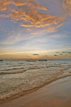 Hoàng hôn tuyệt đẹp trên bờ biển ở Campuchia.