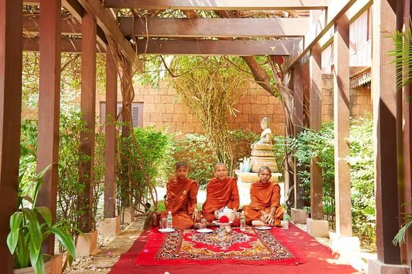 Các nhà sư đang thực hiện nghi lễ ban phước lành tại khách sạn Residence D'Angkor ở Siem Reap.