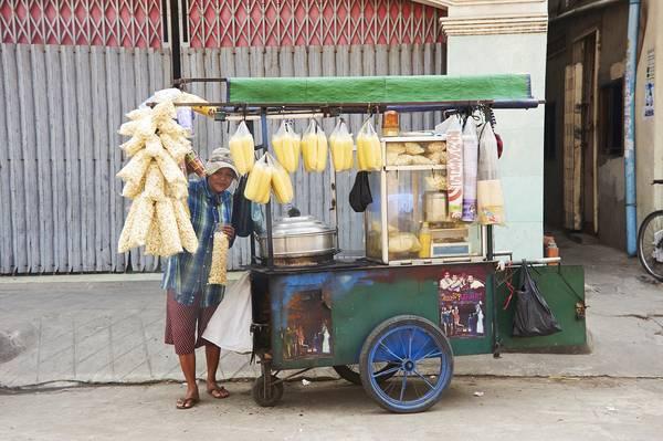 Một xe đẩy bán thức ăn vặt ở Phnom Penh.