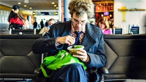 15. Mang theo đồ ăn vặt, đừng tốn cả một đống tiền vào những món đồ ăn vặt ở sân bay vì chúng mắc kinh khủng! (Ảnh minh họa - Nguồn: Internet)