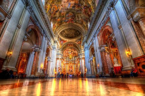 Nhà thờ Sant'Ignazio di Loyola: Khi tham quan nhà thờ Jesuit, hãy thử tìm kiếm một chiếc đĩa trên mặt sàn đá cẩm thạch. Sau đó nhìn lên trần nhà từ chính điểm này, bạn sẽ có tấm ảnh đẹp nhất về bức bích họa được trang hoàng lộng lẫy của giáo hội. Ảnh: Routeperfect.
