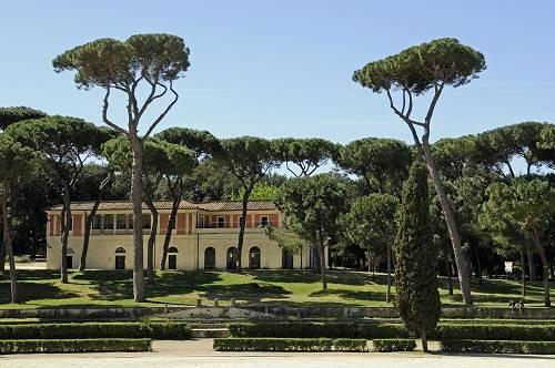 Vườn biệt thự Borghese: Vé vào tham quan Bảo tàng Borghese cần được đặt trước. Tuy nhiên, nếu không đặt được vé vào bảo tàng, khung cảnh xung quanh cũng xứng đáng để bạn tới đây. Vườn biệt thự Borghese là khu vườn được thiết kế theo phong cách Anh tự nhiên, cũng là công viên lớn thứ 3 ở Rome. Ngoài ra, khi đi về tây nam của khu vườn, bạn sẽ được chiêm ngưỡng quang cảnh ngoạn mục của quảng trường Piazza del Popolo nổi tiếng. Ảnh: Thousandwonders.