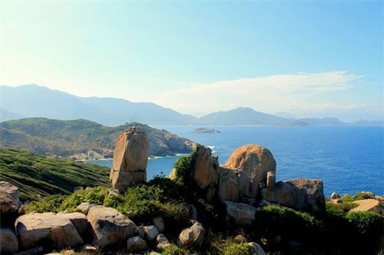 Khung cảnh đảo Bình Hưng nhìn từ hải đăng Hòn Chút. Ảnh: Vĩnh Hy.