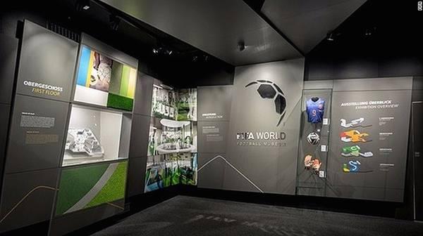 Bảo tàng bóng đá FIFA (Thụy Sĩ): Đầu năm 2016, những người hâm mộ môn thể thao vua không thể bỏ qua một địa điểm hấp dẫn nằm ở thành phố Zurich, Thụy Sĩ. Đó là bảo tàng bóng đá FIFA, bao gồm một tòa nhà trưng bày hơn 1.000 hiện vật về bóng đá.
