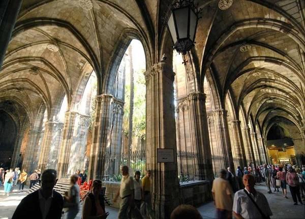 10. Barcelona: Dù Tây Ban Nha bị ảnh hưởng sau suy thoái kinh tế, song Barcelona vẫn là địa danh hút khách, đặc biệt du khách đến từ Bắc Âu, London, Paris, Amsterdam, Frankfurt và Munich. Ảnh: Albert Heras/Newscom.