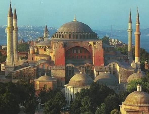 6. Istanbul: Istanbul lọt vào top 10 do đây là thành phố lớn nhất của Thổ Nhĩ Kỳ, là cầu nối giữa châu Âu và châu Á. Nếu Istanbul tiếp tục phát triển du lịch hàng không như hiện tại, thành phố sẽ lọt vào top 5 trong năm nay. Ảnh: Quora.