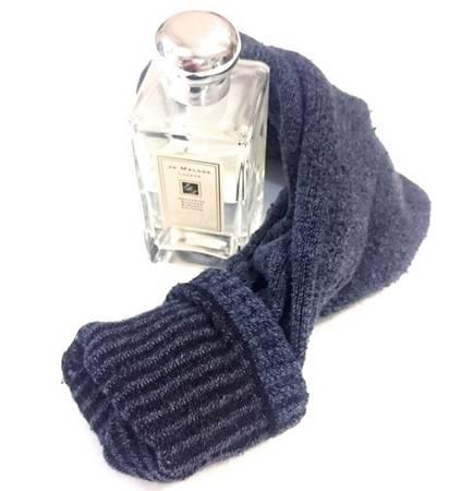 Mang nước hoa: Hãy tận dụng chiếc tất để nhét chai nước hoa đắt tiền, rồi để bên trong một chiếc giày. Hoặc có thể sử dụng nước hoa dạng sáp, hay chuyển phần nước hoa đang dùng dở vào chai dạng xịt.