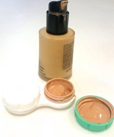 Mang đủ dùng: Đa số các loại kem trang dưỡng da thường để trong lọ (hộp) thủy tinh. Bạn nên chiết một lượng vừa đủ dùng vào những lọ nhỏ, nhẹ hơn, ví dụ như hộp đựng thuốc mini.