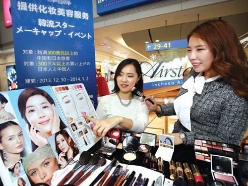 Hàng mỹ phẩm miễn thuế bán rất chạy trong sân bay Incheon.