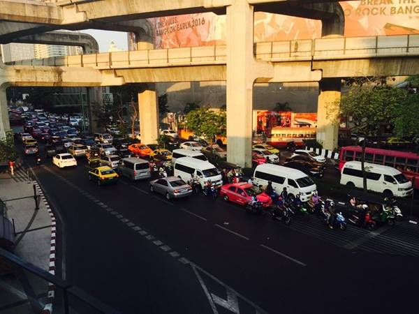 Giao thông ở Bangkok - thủ đô của Thái Lan - có tiếng là khủng khiếp. Đây là đường Sukhumvit, một trong các tuyến chính của thành phố, vào giờ bình thường. Điều tuyệt nhất là hệ thống tàu trên cao Bangkok Mass Transit System 9BTS, hay còn được gọi là Skytrain, được thiết kế phía trên dòng xe thông thường.