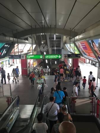 Lối vào có biển chỉ dẫn rõ ràng trên hè phố, phần lớn các ga đều có thang cuốn hoạt động hiệu quả. Các biển báo đều có cả tiếng Thái và tiếng Anh.
