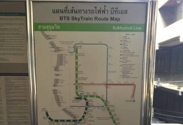 Các bản đồ dễ đọc, đa ngôn ngữ, được bố trí khắp nhà ga, giúp du khách không cần hỏi đường.