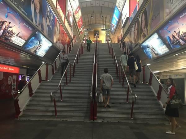 Các nhà ga sạch sẽ, hiện đại. Quảng cáo có cả tiếng Anh và tiếng Thái.