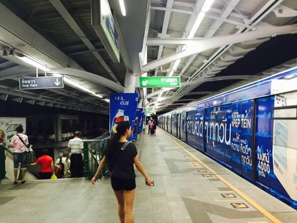 Nhà ga được thắp sáng suốt ngày, nhưng hệ thống đóng cửa từ 24h đến 6h.