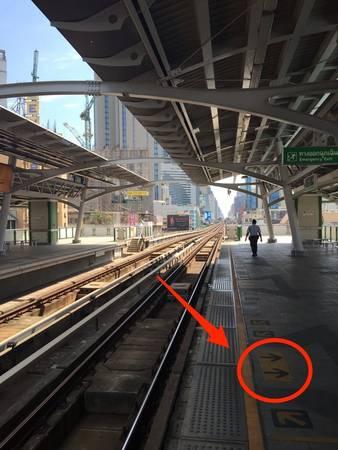 Một trong những điều tuyệt nhất về Skytrain là sự ngăn nắp và thiết kế khoa học. Các mũi tên chỉ cho bạn chỗ đứng và nơi cửa sẽ mở. Mọi người đều lịch sự làm theo quy định. Tất cả các trạm dừng đều có bảo vệ giám sát.