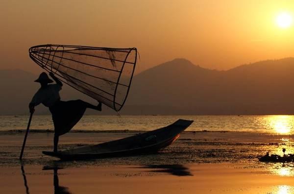 Cách chèo thuyền đánh cá rất độc đáo của người dân nơi đây.
