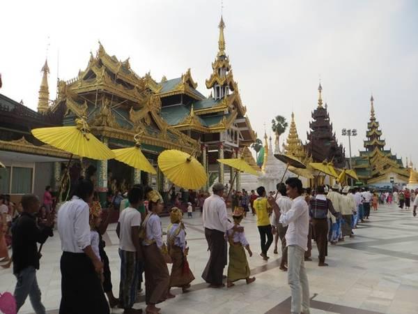 Người dân trong trang phục truyền thống Longyi đi lễ chùa Shwedagon ở Yangon.