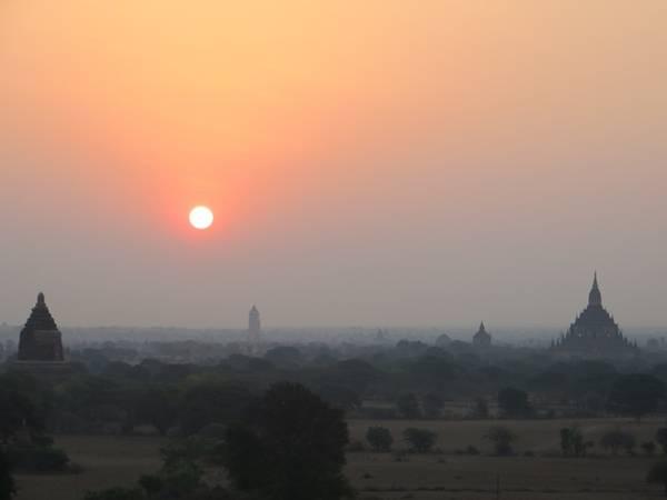 Cả một vùng đất Bagan đẹp huyền ảo khi mặt trời lên.