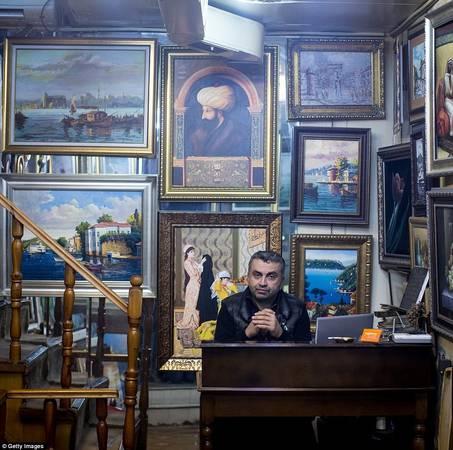 Taner Erguder bán các bức tranh truyền thống dành cho du khách có tâm hồn nghệ sĩ. Ảnh: Gettyimages.