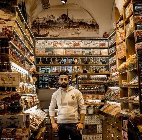 Bạn có thể mua các loại kẹo bánh đặc sản của Thổ Nhĩ kỳ ở gian hàng của Hasan Ramo. Ảnh: Gettyimages.