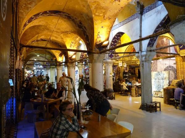 Khu tổ hợp này có hai nhà thờ Hồi giáo, 4 đài phun nước, nhiều quán cà phê và nhà hàng. Trung tâm của chợ là sảnh Cevahir Bedesten, nơi tập trung các món hàng giá trị và cổ xưa nhất. Chợ mở cửa vào khoảng 9-19h, từ thứ hai tới thứ sáu. Ảnh: Boomsbeat.