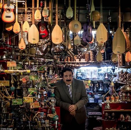 Sự xuất hiện của các trung tâm mua sắm hiện đại không át nổi vẻ đẹp truyền thống của Grand Bazaar. Người đàn ông ăn mặc lịch sự này tên Ahmet Tan. Ông bán các loại sáo và nhạc cụ truyền thống. Ảnh: Gettyimages.