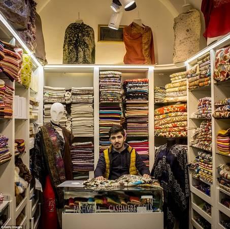 Năm 2014, Grand Bazaar là điểm đến đông khách nhất thế giới, với hơn 91,25 triệu lượt khách trong năm. Nếu bạn thích lụa hay vải cashmere, hãy ghé qua gian hàng của Burak Erdogan. Ảnh: Gettyimages.