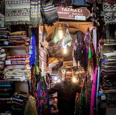 Khu chợ hình thành từ thế kỷ 15 nổi tiếng với gốm sứ vẽ tay, đèn lồng, các loại vải dệt tinh xảo và trang sức theo phong cách Byzantine. Ảnh: Gettyimages.