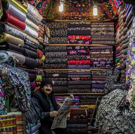 Chợ đầy các gian hàng bán thảm Thổ Nhĩ Kỳ, đồ trang trí, đồ da, xà cừ, quần áo. Ảnh: Gettyimages.