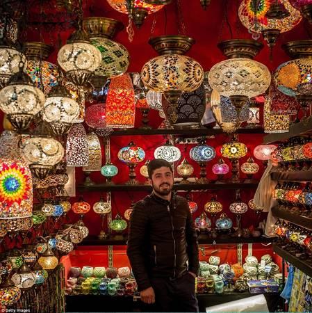 Cửa hàng của Dogan Mert bán các loại đèn nghệ thuật với họa tiết Thổ Nhĩ Kỳ truyền thống. Ảnh: Gettyimages.