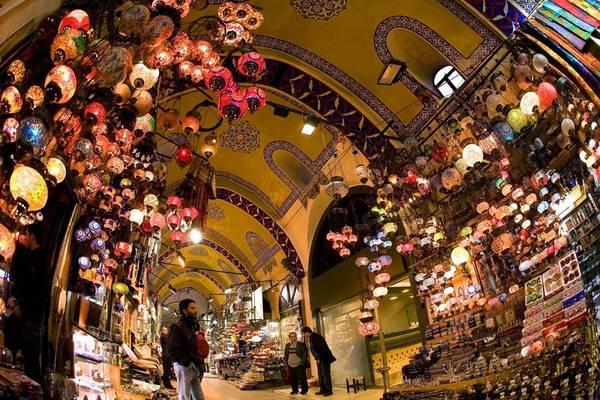 Khu chợ đã là trung tâm giao thương quan trọng từ năm 1461, gồm 2 tòa nhà mái vòm được xây vào năm 1455 và 1461 dưới lệnh của Sultan Mehmed. Ảnh: Tourmakerturkey.