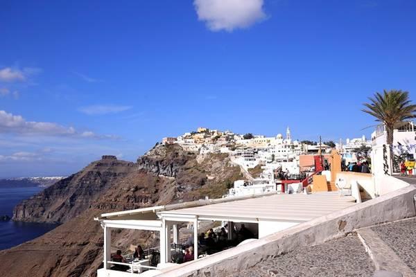 Ngày đẹp trời ở Santorini bắt đầu từ 7h. Ngoài cửa sổ, mây đã quang, bầu trời xanh ngắt, dù còn khá lạnh. Hãy bỏ hết đấy, chạy ra biển để nói lời chào bình minh, để tin chắc rằng ngày đẹp trời đã đến. Đó là chủ nhật, 25/10/2015, ngày duy nhất trong năm có 25 tiếng ở châu Âu.