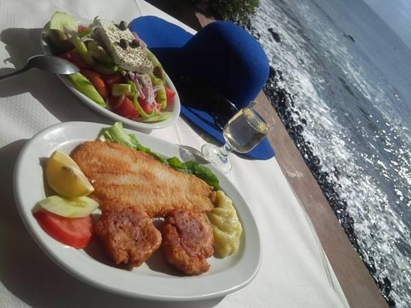 Santorini là cụm đảo uốn cong hình chữ C ngược. Đầu ngày, chúng tôi bắt xe bus xuống phía Nam, với đích đến là các bãi biển đen, biển đỏ, và xa hơn là hải đăng Faros. Chúng tôi chọn một nhà hàng ven biển, mỗi người lấy một suất ăn gồm rượu vang, cá hồng, các loại salad với thật nhiều phô mai và quả olive giá 10 euro. Trong lúc chờ ông chủ chuẩn bị đồ, chúng tôi xuống bãi biển, chọn những viên đá núi lửa đen nổi tiếng để mang về làm kỷ niệm.
