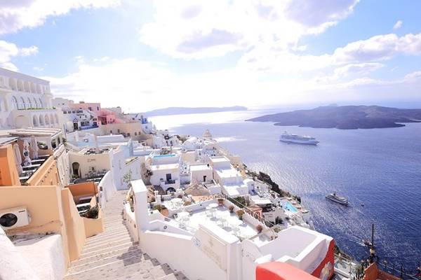 Màu chủ đạo của hòn đảo này là trắng - xanh, và càng rực rỡ hơn khi có nắng.