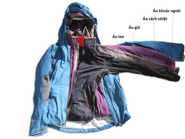 Mặc nhiều lớp: Việc mặc nhiều lớp áo sẽ giúp giữ nhiệt tốt hơn là chỉ mặc một chiếc áo dày và nên nên chọn áo từ chất liệu len. Cố che chắn được càng nhiều càng tốt, đừng quên găng tay, khăn quàng cổ và mũ để giữ ấm. Bạn nên tránh các loại quần áo làm từ vải bông (cotton), do vải bông thấm mồ hôi và khi ướt sẽ rất lạnh. Áo khoác nên chọn loại có khả năng chống nước nhưng vẫn thoát được mồ hôi. Ảnh: Outdoorgearlab.