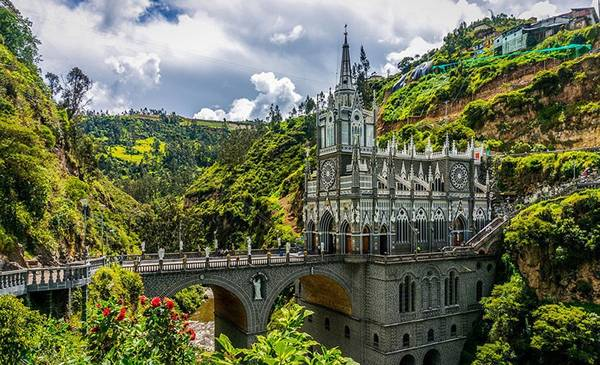 Không gian cổ tích của cây cầu dẫn đến nhà thờ Las Lajas Sanctuary ở Colombia.