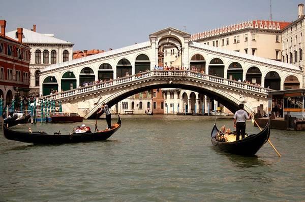 Cầu Rialto ở Venice.