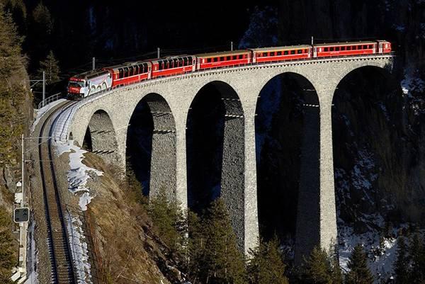 Landwasser Viaduct - cây cầu đường sắt qua sông Landwasser ở Thụy Sĩ. Du khách sẽ được tận mắt chiêm ngưỡng cảnh đẹp thiên nhiên hùng vĩ và yên bình của Thụy Sĩ khi di chuyển bằng tàu hỏa trên tuyến đường sắt độc đáo này.