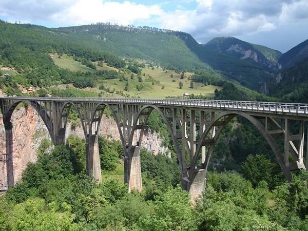 Cầu Đurđevića Tara bắc qua sông Tara gần thị trấn Žabljak, Montenegro.