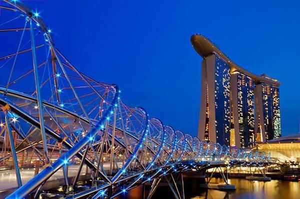 NCầu Helix xứng đáng là một kiệt tác kiến trúc của Singapore nói riêng và thế giới nói chung. Đây là chiếc cầu bộ hành hình vòng cung đầu tiên trên thế giới, được khánh thành vào năm 2010.