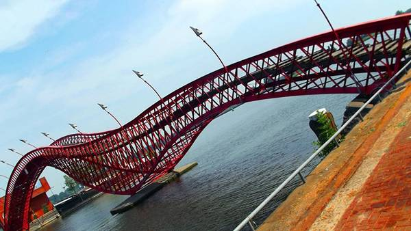 Cầu Python có hình dạng của con mãng xà trong thần thoại được xây dựng từ năm 2001. Cây cầu là điểm nhấn tô điểm vẻ đẹp cho thành phố Amsterdam, Hà Lan.
