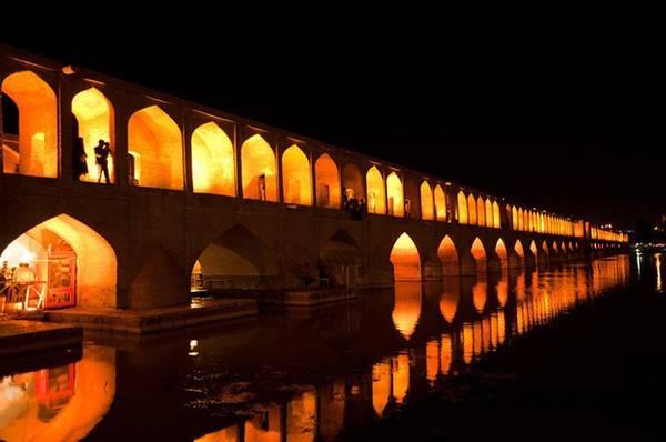 Allahverdi Khan, hay còn gọi là cầu Si-o-se Pol (Ba mươi ba nhịp cầu) trên sông Zayandeh ở Isfahan, Iran.