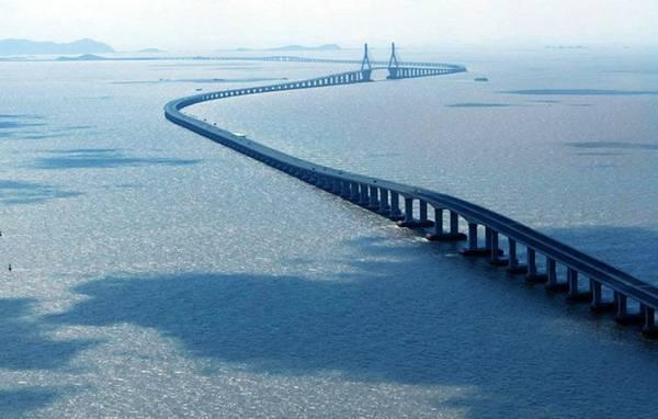 Cầu bắc qua vịnh Hàng Châu ở Trung Quốc.