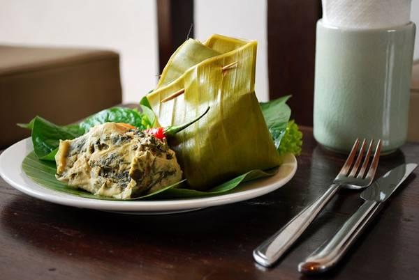 Mok Pa (cá hấp): Phần lườn cá tươi được lọc xương, gói cùng hành, tỏi, rau thơm và ớt trong lá chuối và hấp cách thủy. Món này được bày bán ở khắp Lào, từ trong các quầy ăn ven đường tới các nhà hàng hạng sang. Ảnh: Elephant-restau.