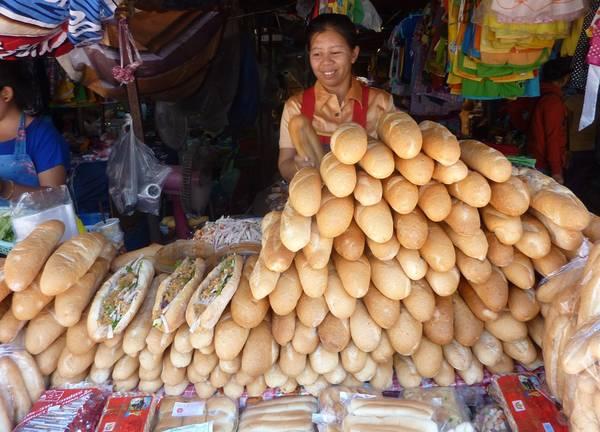 Khao Jee (bánh mì): Bánh mì Lào mang đậm ảnh hưởng của Pháp. Đây là món ăn đường phố điển hình được bày bán ở mọi thành phố. Bánh có vỏ ngoài giòn tan, nhân từ patê gan lợn, chả lụa, cà rốt và củ cải thái sợi, dưa chuột, mayonaise và tương ớt. Ảnh: Curryfiend.