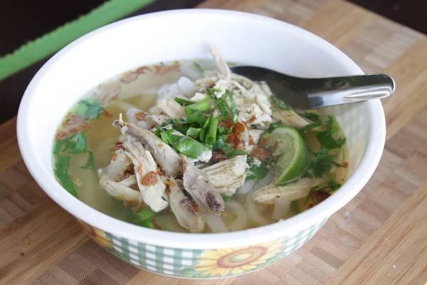 Khao Piak Sen (phở Lào): Món ăn đặc trưng này rất phổ biến ở Lào, với nhiều nét tương đồng với phở của Việt Nam. Khao Piak Sen thường là món ăn sáng, nhưng bạn cũng có thể thưởng thức vào bất cứ thời điểm nào trong ngày. Bánh phở được chan nước dùng gà hoặc bò, thêm rau thơm, chút sa tế, chanh tươi, giá đỗ, đậu đũa, rau húng và rau mùi. Ảnh: Amicatravel/Wordpress.