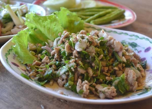 Larb Moo (salad thịt băm): Đây là món ăn bản địa của Lào, trong đó có thịt lợn băm được xào với hẹ tây, rau mùi, ớt và lá bạc hà, thêm nước mắm và cốt chanh cho vừa miệng. Một phiên bản khác sử dụng thịt lợn sống. Larb Moo rất hợp ăn với xôi nếp. Ảnh: Live-less-ordinary.